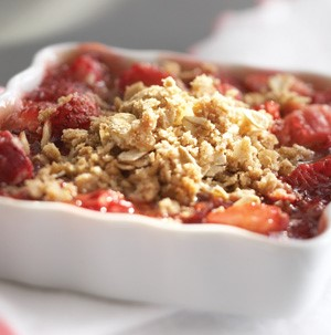 Dish of strawberry rhubarb topped with spelt and oatmeal