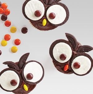 Owl-decorated cupcakes using Oreos and M&M's